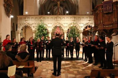 Vorschaubild zur Meldung: Weihnachtssingen: Die Proben für den Eltern-Lehrer-Schüler-Chor haben begonnen!