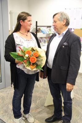 Bürgermeister Georg Lüdtke gratuliert Mandy Riedl zur Ausstellungseröffnung