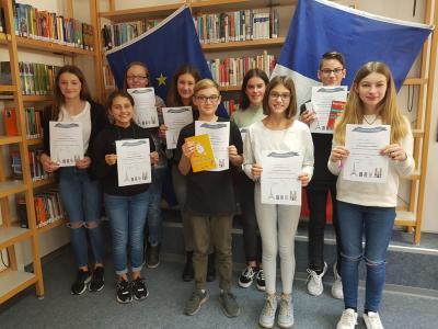 Alle Teilnehmer des Wettbewerbs mit ihren Urkunden