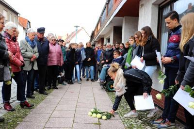 Schüler und Schülerinnen der Oberschule erinnerten an das Schicksal der Familie Schlesinger und legten Blumen auf die Stolpersteine I Foto: Martin Ferch
