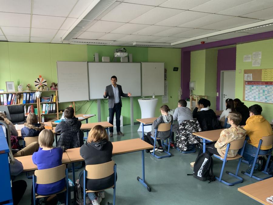 Vorschaubild der Meldung: Landtagsabgeordneter Schäffner besucht die RS+ am Schulbesuchstag des Landtags