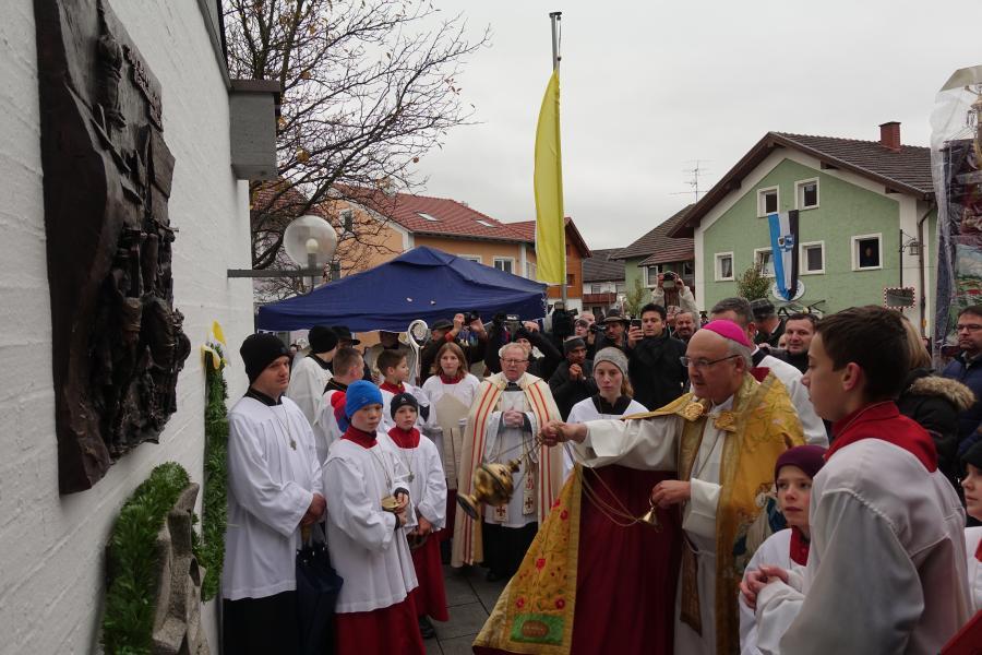 Bild der Meldung: Jubiläumsrelief zum Festtag durch Bischof Voderholzer gesegnet