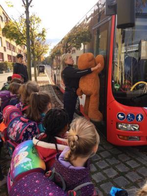Foto zur Meldung: Mit Teddy zur Busschule