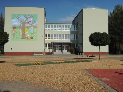 """Vorschaubild zur Meldung: Schüler legen im """"Erlebnisgarten"""" Blühstreifen an"""