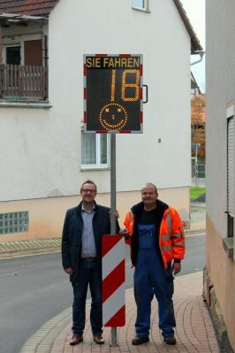 Von links: Thomas Eckhardt (Bürgermeister) und Ulrich Hollstein (Stellvertretender Bauhofsleiter) an der Geschwindigkeitsanzeige am Ortseingang von Stadthosbach.