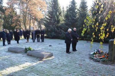 Stilles Gedenken anlässlich des Volkstrauertages auf dem Stadtfriedhof in der Kremmener Straße