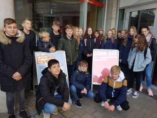 Unsere Schüler*innen vor dem Sendergebäude (Foto: L. Mickein)