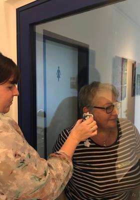 Ilona Welzin, Pädagogin Kinderland Karstädt, präsentierte anhand einer Spieluhr die akustische Wahrnehmung der Kinder I Foto: Saskia König