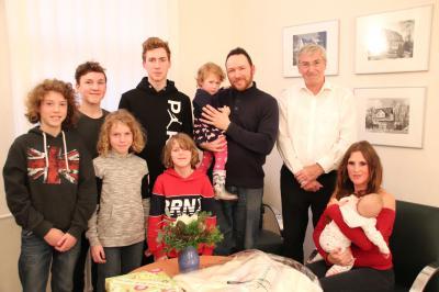 Das Bild zeigt Familie Reinhardt mit Bürgermeister Heiko Müller