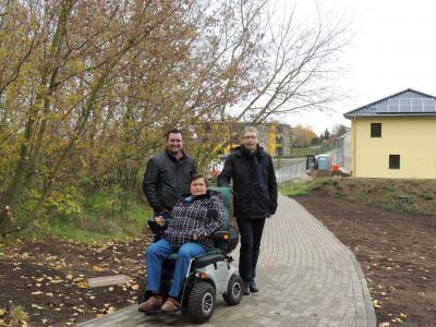 Bürgermeister Andreas Nette, Carmen Grimm und Jörg Rolle, Vorsitzender der Wohnungsbaugenossenschaft, freuen sich über den neuen Verbindungsweg zwischen Mägdegrund und Einkaufszentrum