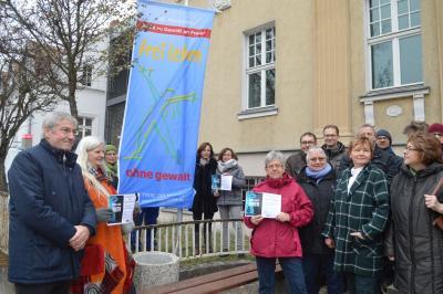Das Bild zeigt die Hissung der Flagge von Terres des Femmes aus dem vergangenen Jahr.