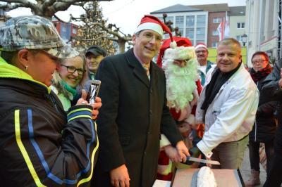 Auch 2019 schneiden Bürgermeister Dr. Oliver Hermann und Bäckereimeister Lars Erfert den Weihnachtsstollen an I Foto: Martin Ferch