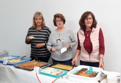 Mitglieder des AWO OV Neuruppin beim Kuchenbasar 2019