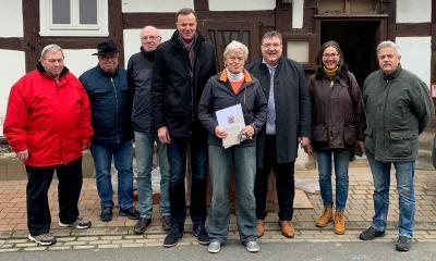 Vorschaubild zur Meldung: Staatssekretär Mark Weinmeister übergab zwei Förderbescheide über 4898 Euro und 4950 Euro