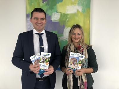 Landrat Thomas Ebeling und Verena Danner präsentieren die neuen Publikationen (Foto: Franziska Dirmeier | Landratsamt Schwandorf)