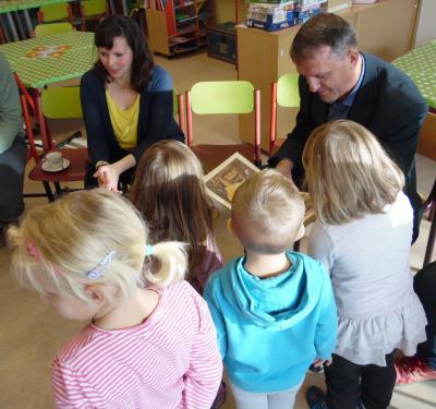 """Der Delitzscher Oberbürgermeister liest den Kindern aus dem Kreativkindergarten das Märchen """"Rapunzel"""" vor."""