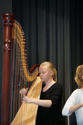 Theresa Bogisch – Harfe – musiziert ein Werk von F.-J.Naderman beim Weihnachtskonzert.