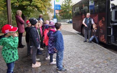Foto zur Meldung: Für unsere Erstklässler hieß es auch in diesem Jahr:  Auf zur Busschule!