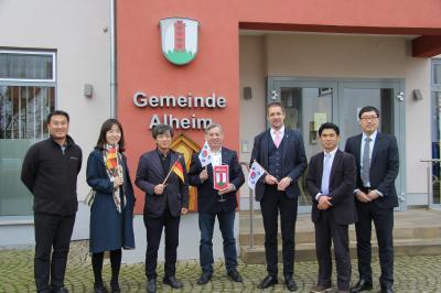 Bürgermeister Lüdtke und Landrat Dr. Koch begrüßen die Delegation aus Südkorea