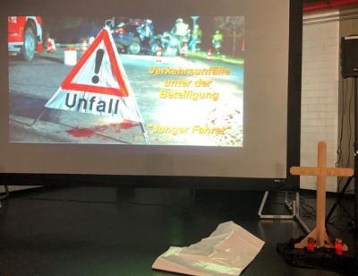 Vorschaubild zur Meldung: Verkehrsunfallprävention an der Georg-von-Langen-Schule  Crash-Kurs der Polizei soll junge Erwachsene sensibilisieren