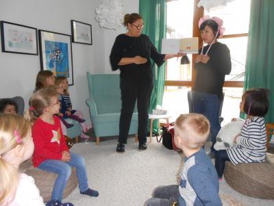 Foto zur Meldung: Vorlesetag international – Eltern lesen bilingual in der Kita Schillerstraße