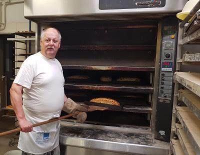 Bäckermeister Michael Seidel beim Stollen backen