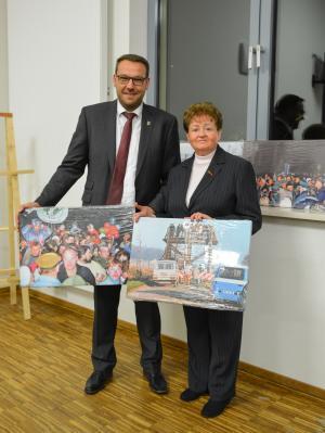 Samtgemeindebürgermeister Gero Janze und Ingrid Betz mit zwei der extra angefertigten Leinwände. (Bild: Christian Betz)