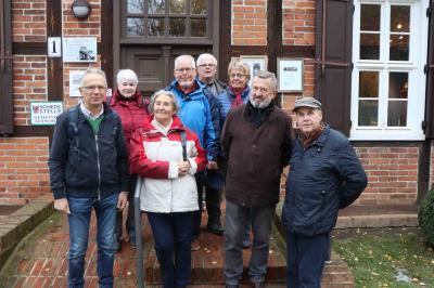 Heimatfreunde vor dem Haus Birkenweg in Letschin