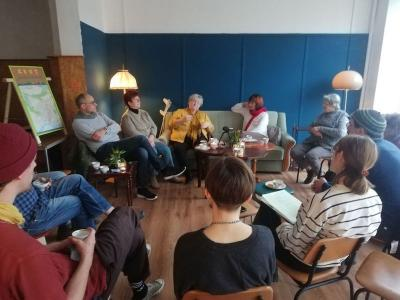 Junge und alte Gäste beim Erzählsalon I Natalia Zuch