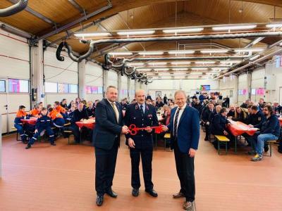 Landrat Thomas Müller und Bürgermeister Holger Obst übergeben symbolisch den Schlüssel an Stadtbrandmeister Marcel Koch
