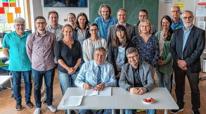 Vorschaubild der Meldung: Umweltschonendes Handeln greift nachhaltig - Grimmelshausenschule Renchen zum vierten Mal nach EMAS validiert (Quelle: Baden Online)