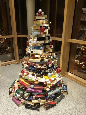 Foto zur Meldung: Bücherweihnachtsbaum und Gewinnspiel der Gemeindebücherei im Rathaus