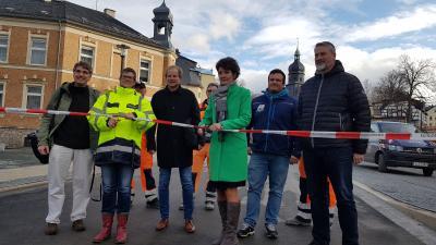 Andrea Schwalbe (Bauamt) und Bürgermeisterin Kerstin Schöniger bei der Freigabe des Postplatzes