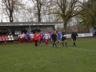 Der FC Seenland Warin, hier beim Auflaufen zum Nordwestderby gegen den VfL Blau-Weiß Neukloster (1:0), hat an diesem Wochenende sein Heimrecht mit dem Brüeler SV getauscht.