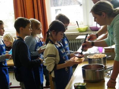 Foto zur Meldung: Edeka Stiftung kocht mit der 3. Klasse