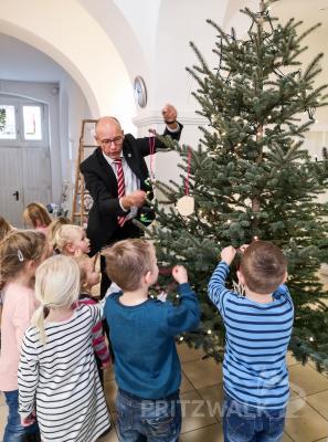 Zusammen mit Bürgermeister Dr. Ronald Thiel hängten die Kinder ihren Baumschmuck an die Tanne. Foto: Beate Vogel
