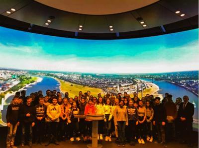 Vorschaubild zur Meldung: Jahrgangsstufe 9 besucht Landtag in Düsseldorf – Gegenbesuch von Matthias Kerkhoff in der Sekundarschule
