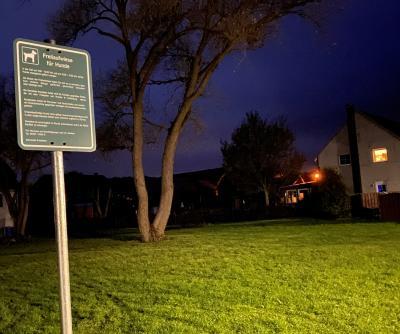 Die neue Hundewiese an der Ecke Mühlengraben / Im Winkel in Grasleben: Ein Schild bietet Hinweise für die reibungslose Nutzung. (Bild: Gemeinde Grasleben)