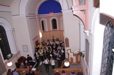 Der Gemischte Chor Gerwisch hat sich in den vergangenen Jahren musikalisch immer weiter entwickelt. Seine regelmäßigen Konzerte in Gerwisch sind fester Bestandteil im Jahres-Veranstaltungsplan der Ortschaft. Absoluter Höhepunkt ist immer das Weihnachtskonzert. Unser Foto aus dem Jahr 2015 erinnert daran, dass bis vor einigen Jahren das Weihnachtskonzert noch in der Gerwischer Kirche stattfand. Mittlerweile findet das Singen in Lentges Saal statt. das Bild wurde von Thomas Pfundtner aufgenommen.
