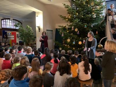 Singen unter dem Weihnachtsbaum