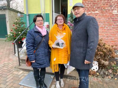"""Gratulierten Petra Friese (Mitte) zum zehnjährigen Bestehen der Wohn-gruppe """"Haus Kunterbunt"""": Dr. Ronald Thiel und Heike Fuchs. Foto: Andreas König/Stadt Pritzwalk"""