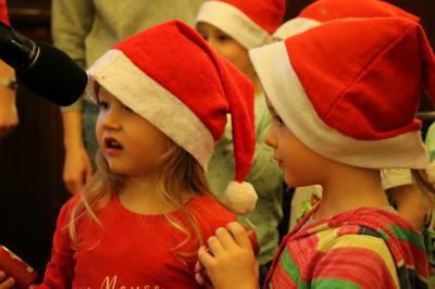 Kinder der Kita Märchenland sangen und trugen Gedichte vor I Foto: Martin Ferch