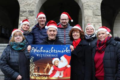 Freuen sich auf das erste Wittenberger Weihnachtssingen: (von links) Marina Hebes, Katrin Tetzlaff, Uwe Neumann, Udo Schenk, Mario Geidel, Anke Hahn, Petra Blotny und Anette Hensler I Foto: Martin Ferch