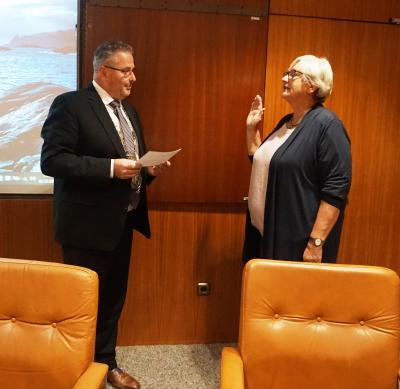 Bild 1: Erster Bürgermeister Stefan Busch und Ina Hundhammer-Schrögel bei der Vereidigung