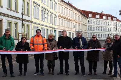 Bürgermeister Dr. Oliver Hermann durchschnitt mit  Stadtverordneten, Anwohnern und Vertretern der am Bau beteiligten Firmen das Band I Foto: Oliver Gierens