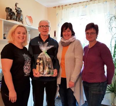 Nancy Bühl gratulierte Jubilar Klaus Lattermann gemeinsam mit ihren Vorstandskolleginnen Cornelia Gräf und Tina Reigl.