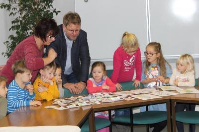 Vorschaubild zur Meldung: Weihnachtsbasteln mit den Kita-Kindern im Rathaus