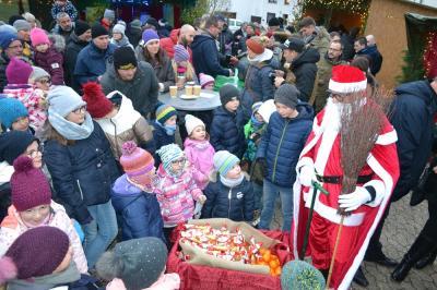 Wie jedes Jahr von den Kleinen umringt - unser wunderbarer Nikolaus :-)