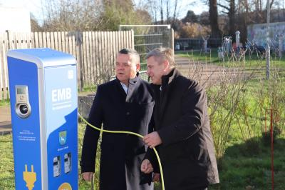 Foto zur Meldung: Elektro-Ladesäule im Lehniner Ortszentrum in Betrieb genommen