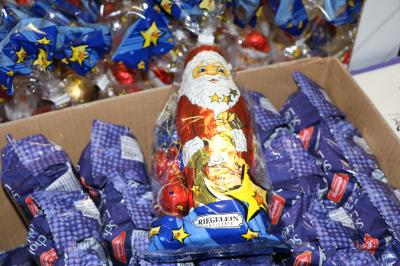 Foto zur Meldung: Übergabe von Schoko-Geschenken an den Verein Straßenkinder e.V.